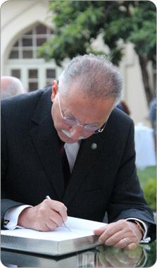 http://medit.fatihsultan.edu.tr/resimler/upload/Prof-Dr-Ekmeleddin-Ihsanoglunun-Yeni-Eserinin-Tanitimi-Yapildi-4-240512.jpg